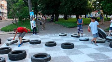 У Конотопі грали в шашки автомобільними покришками